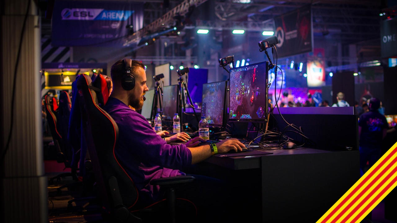 Un home jugant a videojocs