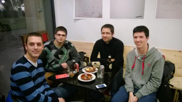 Foto dels assistents a la trobada: L'Oriol (Project1407), el Nil (Devixx), l'Eduard (FlyCurtiss) i l'Enric (Paella de bits)